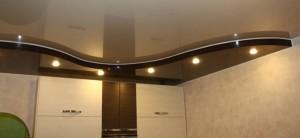 Отделка потолка на кухне может быть выполнена при помощи различных материалов и в любом стиле