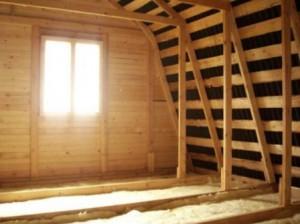 Деревянный дом, у которого есть мансарда, может быть трех видов