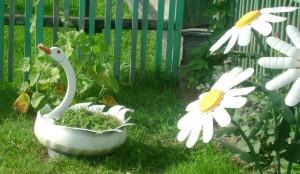 Покрышки надрезаются в виде цветов или лебедей и покрываются краской нужного цвета