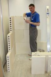 После установки перегородки из пазогребневых блоков поверхность грунтуется