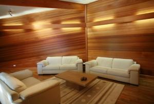 Отделочные панели для внутренней отделки бывают из разных материалов, что влияет на цену, эксплуатационные характеристики и внешний вид
