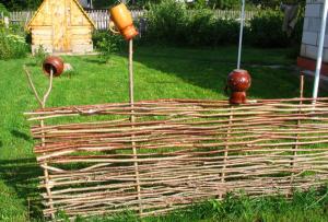 Такая разметка поможет Вам построить ровный дачный декоративный забор своими руками
