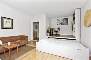 интерьер зала в двухкомнатной квартире не должен включать в себя массивные люстры