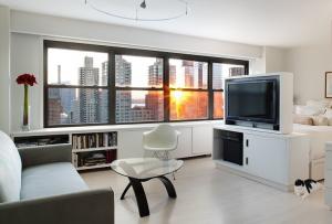 В дизайн маленькой квартиры студии отлично впишутся складные столы, кровать, убирающаяся в шкаф и навесные шкафчики