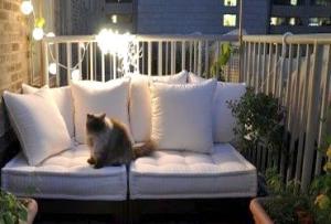 Для тех, кто задумался на тему как оформить балкон и очень любит уют, оптимальным решением станет использование текстиля