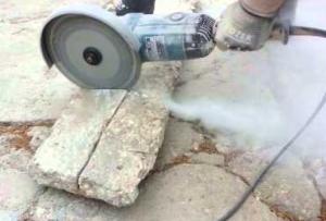 Для того чтобы защитить круг по бетону от перегрева, на рабочем месте должна быть емкость с холодной водой