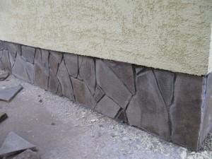 Отделка цоколя дома своими руками включает работы по его гидро- и теплоизоляции и непосредственно декоративная отделка.