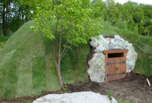 В том случае, когда невозможно соорудить погреб на даче своими руками в самом помещении, можно сделать земляную насыпь