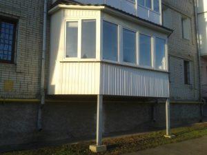 Строительство балконов на первом этаже, если не предполагается висячий балкон, требует закладки фундамента.