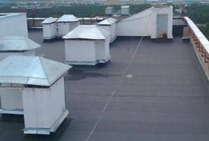Современные материалы помогают сделать ремонт крыши многоквартирного дома не таким частым, но являются более дорогостоящими, поэтому менее востребованными