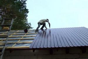 При работе с шифером, нужно понимать, что осуществить ремонт крыши своими руками может только человек с хорошей физической подготовкой