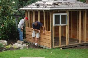 Сначала проводят монтаж пола, затем стен из деревянных брусьев.