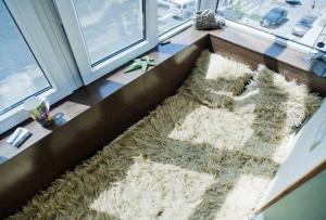 На первый взгляд, спальня на балконе — это нечто неординарное и неприемлемое