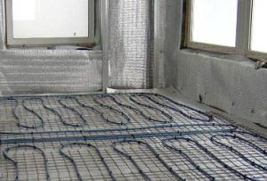 Еще один вариант – это теплый пол на балконе, поддерживающий температуру за счет горячей воды