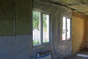 Утепление минватой изнутри имеет один очень важный аспект – конденсат, образующийся внутри дома, проходит сквозь стены и задерживается в утеплителе