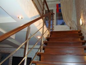 Практически всегда лестница имеет перила, ведь ее высота может быть опасна