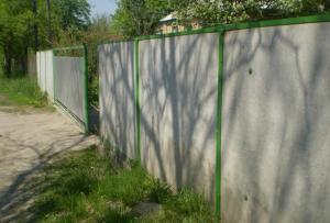 во-вторых, стоит понимать, что забор из шифера не станет прочной крепостью – это лишь декоративный элемент и визуальная заслонка от прохожих