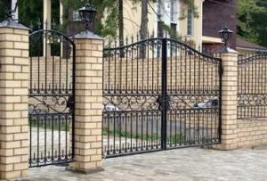 Помимо этого такой забор перед домом окажется и самым дорогостоящим, даже если заняться его монтажом своими силами