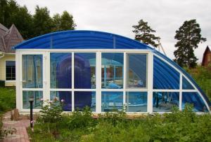 Чтобы сделать бассейн из поликарбоната своими руками, для начала нужно выбрать и разметить место под него