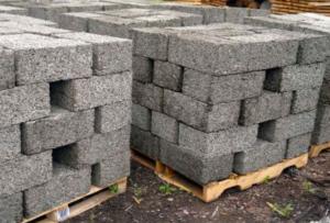 Блоки для строительства пористы, но впитывают в себя влагу, как губка.