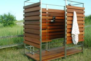 Если у вас построена деревянная дача своими руками душ можно построить так же из дерева