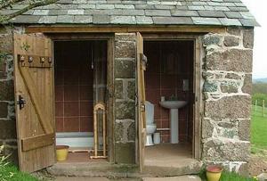 Построить своими руками душ не так сложно, как и все остальные дополнительные постройки