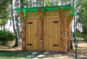 Деревянный туалет для дачи может быть как самостоятельной постройкой, так и совмещенной с душем или сараем.