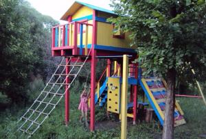 Детская площадка на даче своими руками несомненно будет радовать ваше семейство долгое время.