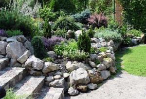 Дизайн из камней заслужил свою популярность их высокими эстетическими качествами, широкими возможностями их применения, простотой установки.