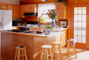 дизайн кухни в доме устраивать лучше всего вокруг окна.