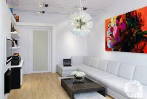 Также дизайн маленькой гостиной предполагает наличие зеркал, которые расширяют комнату