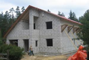 Для декоративной отделки штукатуркой дом из блоков потребует меньше материала, чем другие дома.