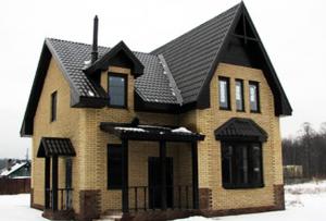 Для дома из кирпича лучше выбирать глубокий ленточный фундамент