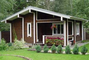 Что бы построить домик на даче своими руками, нужно выбрать материал, для которого не требуется помощь строительной техники.
