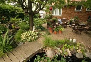 Двор частного дома каждый устраивает на свой вкус, вкусы со временем могут измениться