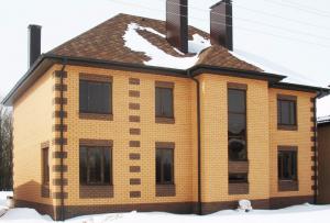 Фасады из кирпича могут быть не только у кирпичных домов.