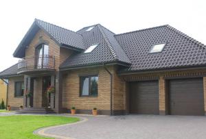 Конечно, устраивать фасады из кирпича на домах из других материалов не так просто.