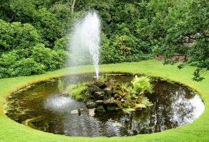 Чтобы фонтан своими руками на даче прослужил долгие годы, потребуется укрепить яму с помощью песка и кирпича