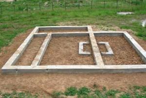 Этот фундамент деревянного дома подходит для возведения на слабопучинистых и среднепучинистых грунтах.