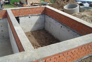 Строить фундамент для дома нужно при температуре не выше +25 и не ниже +3 градусов.