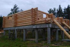 Фундамент из свай еще только набирает популярность у наших строителей.