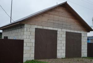 Когда цоколь готов, можно начинать строить гараж из пеноблоков.