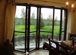 Если фасад вашей террасы стеклянный, то гармоничнее всего будет выглядеть стеклянная дверь