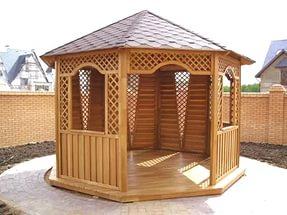 Деревянная беседка должна быть установлена на прочный фундамент, чтобы при поднятии грунтовых вод, пол её не оказался затоплен.
