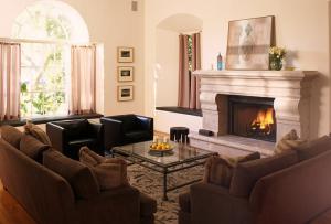 Интерьер в зале должен соответствовать требованиям всех членов семьи и характеризовать хозяев дома