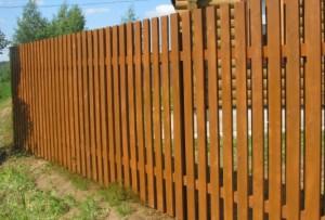Учитывая свои финансовые возможности и пожелания, вы определитесь из чего сделать забор на даче.