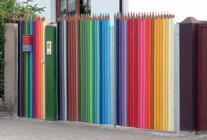 Перед тем, как красить забор, необходимо будет определиться, каким цветом покрасить забор.