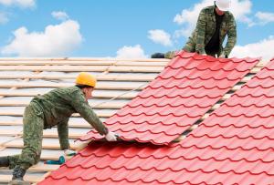 Ответ на вопрос, как крыть крышу металлочерепицей, довольно прост.
