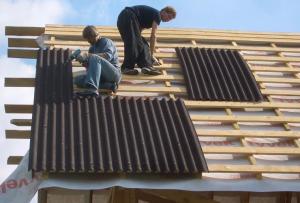 Более подробно о том, как крыть крышу металлочерепицей, вы можете прочитать здесь.