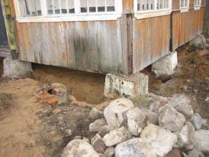 Помните, что ремонт старого фундамента деревянного дома лучше производить после грамотной оценки грунта и глубины основы.